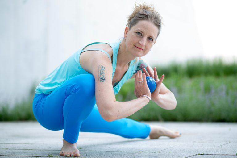 Miriam Wessels im Faszien Yoga mit FASZIO Ball