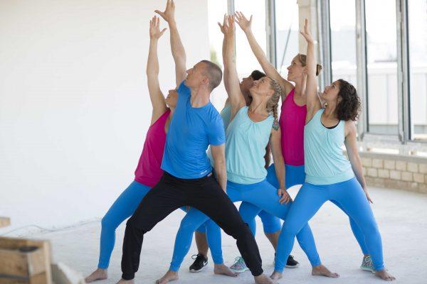 Gruppe an Tanzenden im YogaDancing Workshop